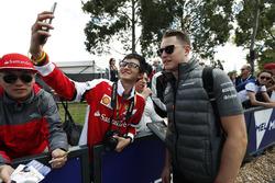 Stoffel Vandoorne, McLaren, prend une photo avec des fans