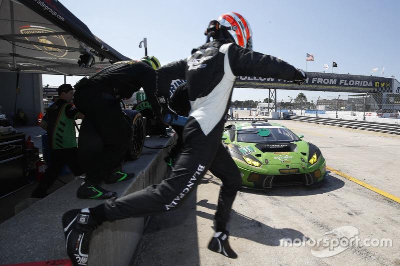 #11 GRT Grasser Racing Team Lamborghini Huracan GT3: Christian Engelhart, Rolf Ineichen, Richard Antinucci, Pit stop