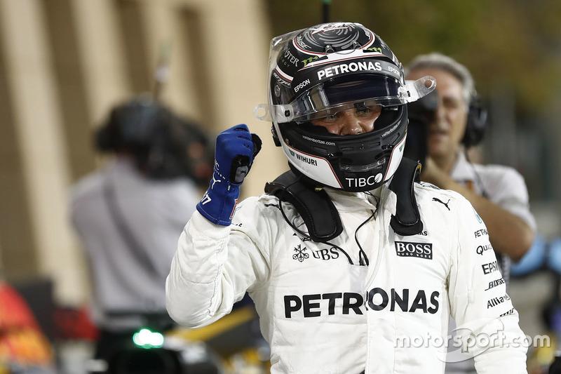 Валттери Боттас празднует в Бахрейне первый поул в карьере