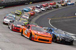 Reinicio: Daniel Suarez, Joe Gibbs Racing Toyota, Joey Logano, Team Penske Ford