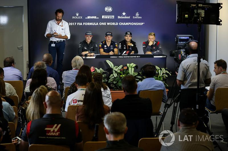 Медіа-делегат FIA Маттео Бончіані, Стофель Вандорн, McLaren, Макс Ферстаппен, Red Bull Racing, Серхі