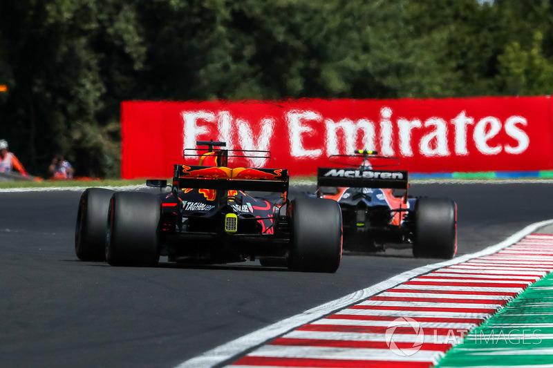 Stoffel Vandoorne, McLaren MCL32 e Daniel Ricciardo, Red Bull Racing RB13