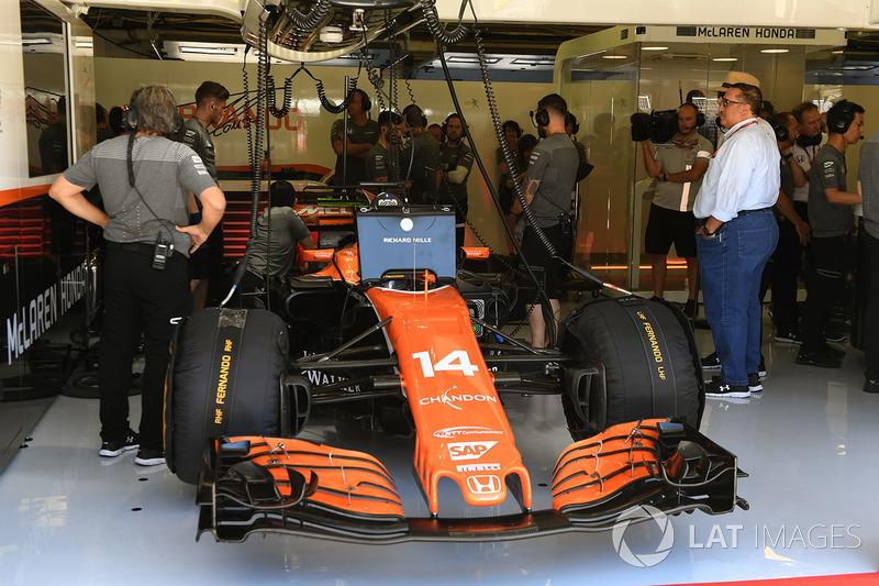 Fernando Alonso, McLaren MCL32 en el garaje