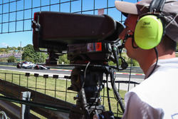 Un caméraman observe la voiture de Felipe Massa, Williams FW40