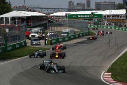 Lewis Hamilton, Mercedes-Benz F1 W08 voor Valtteri Bottas, Mercedes-Benz F1 W08 en Max Verstappen, R