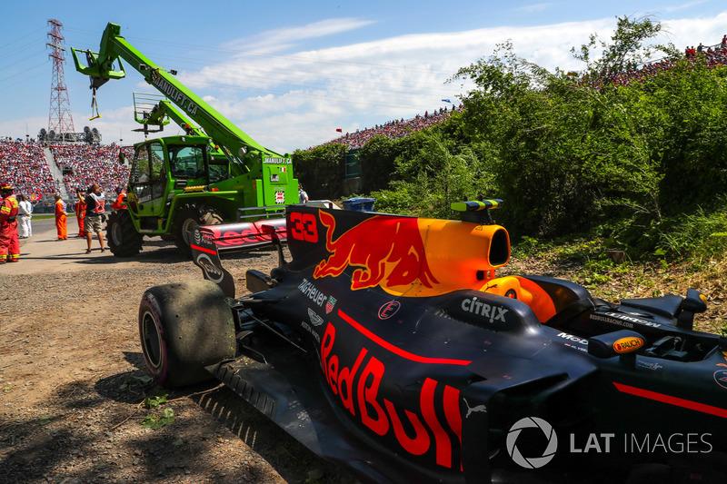 El coche de Max Verstappen, Red Bull Racing RB13 es retirado