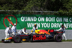 Temporada 2017 F1-canadian-gp-2017-marshals-recover-the-car-of-race-retiree-max-verstappen-red-bull-racin