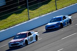 Ryan Blaney, Wood Brothers Racing Ford leads Kevin Harvick, Stewart-Haas Racing Ford