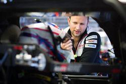 Anthony Davidson, Toyota Gazoo Racing, discute avec un membre de son équipe