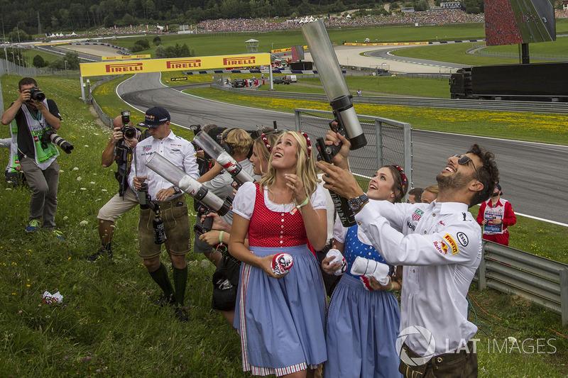 Daniel Ricciardo, Red Bull Racing shoots T-shirts into the crowd on the drivers parade