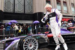 Richard Branson posa per una foto con una DS Virgin Racing Spark