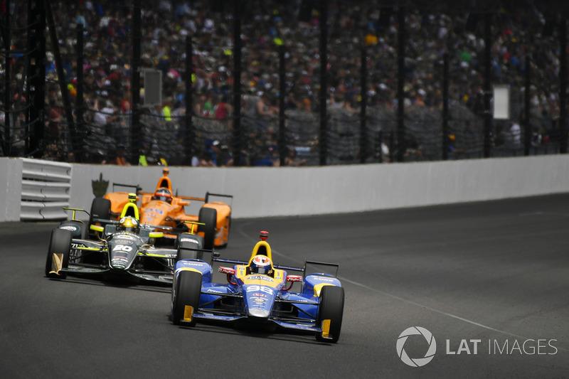 После пит-стопа Алонсо оказался позади Эда Карпентера, но быстро с ним разобрался и отправился в погоню за победителем прошлогодней Indy 500 Алексом Росси.