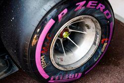 El neumático de Kevin Magnussen, Haas F1 Team VF-17, después del contacto con una barrera