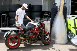 Lewis Hamilton, Mercedes AMG F1, sulla sua moto