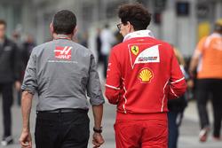 Mattia Binotto, directeur technique de Ferrari et Günther Steiner, Team Principal Haas F1 Team
