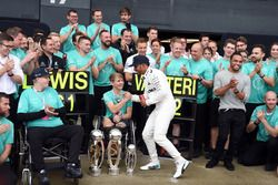 Racewinnaar Lewis Hamilton, Mercedes AMG F1 viert feest met broer Nick Hamilton, Valtteri Bottas, Me