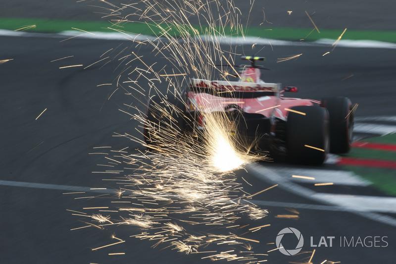 Las chispas vuelan desde el coche de Kimi Raikkonen, Ferrari SF70H
