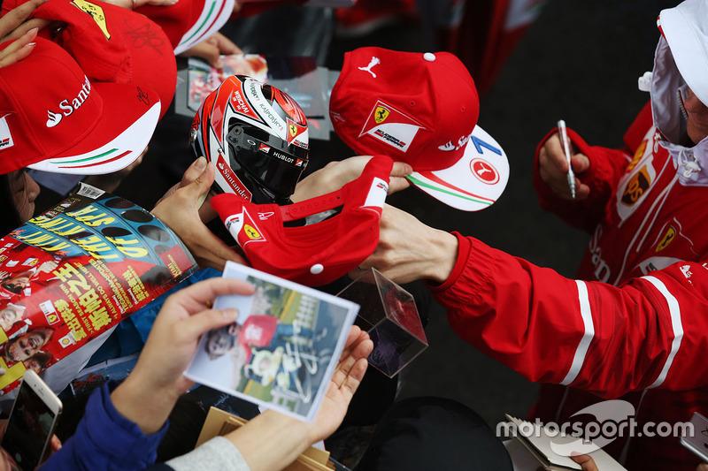 Kimi Raikkonen, Ferrari, firma autógrafos para los aficionados