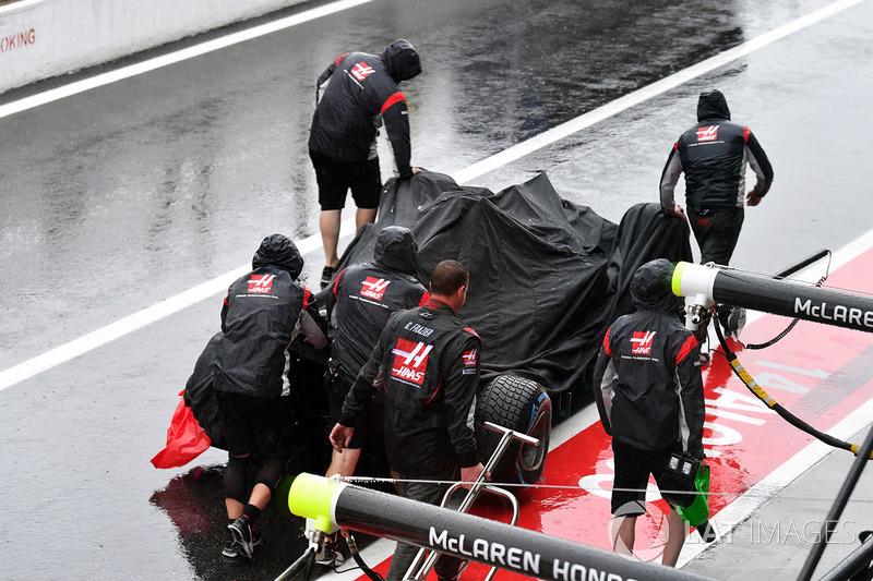 El coche de Romain Grosjean, Haas F1 Team VF-17 es removido después del choque
