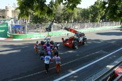 Marshals halen de auto weg van Daniil Kvyat, Scuderia Toro Rosso STR12