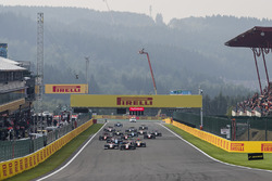 Giuliano Alesi, Trident, leads Julien Falchero, Campos Racing, Ryan Tveter, Trident, the rest of the field at the start of the race