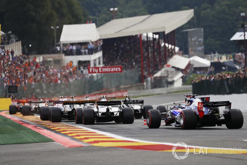 Daniil Kvyat, Scuderia Toro Rosso STR12, Lance Stroll, Williams FW40, Kevin Magnussen, Haas F1 Team VF-17 e Romain Grosjean, Haas F1 Team VF-17 alla partenza