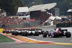 Daniil Kvyat, Scuderia Toro Rosso STR12, Lance Stroll, Williams FW40, Kevin Magnussen, Haas F1 Team VF-17 and Romain Grosjean, Haas F1 Team VF-17 at the start