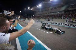 Финиш гонки: Льюис Хэмилтон, Mercedes AMG F1 W07 Hybrid, и Нико Росберг, Mercedes AMG F1 W07 Hybrid