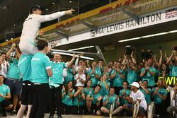 Nico Rosberg, Mercedes AMG Petronas F1 celebrates winning the world championship with his friends an