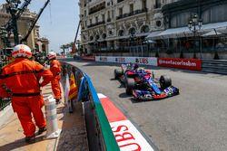 Des commissaires et Daniil Kvyat, Scuderia Toro Rosso STR12