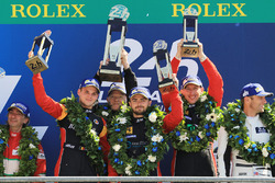 GTE AM podium: primer lugar, Robert Smith, Will Stevens, Dries Vanthoor, JMW Motorsport