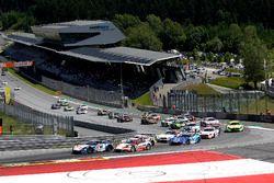 Start: #77 Callaway Competition, Corvette C7 GT3-R: Jules Gounon, Daniel Keilwitz, führt