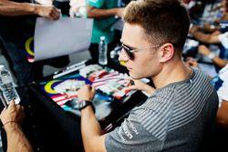 Stoffel Vandoorne, McLaren, firma autógrafos para los aficionados