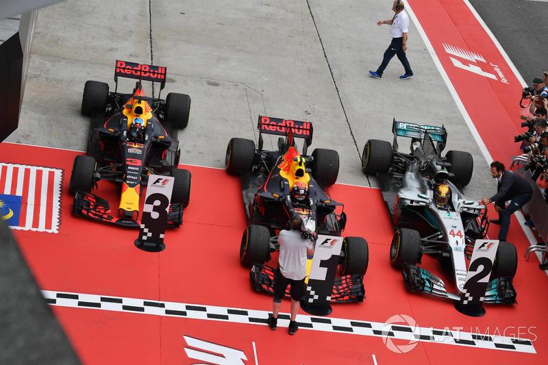 Daniel Ricciardo, Red Bull Racing RB13, Max Verstappen, Red Bull Racing RB13 e Lewis Hamilton, Mercedes-Benz F1 W08 nel parco chiuso