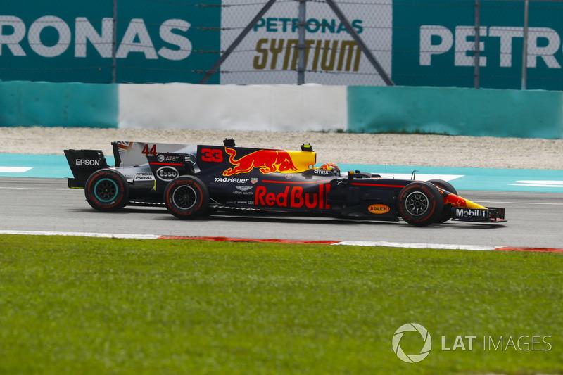 Max Verstappen, Red Bull Racing RB13, supera Lewis Hamilton, Mercedes AMG F1 W08, e prende il comando della gara