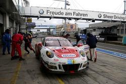 Pit stop, #30 Frikadelli Racing Team, Porsche 991 GT3-R: Klaus Abbelen, Sabine Schmitz, Andreas Zieg