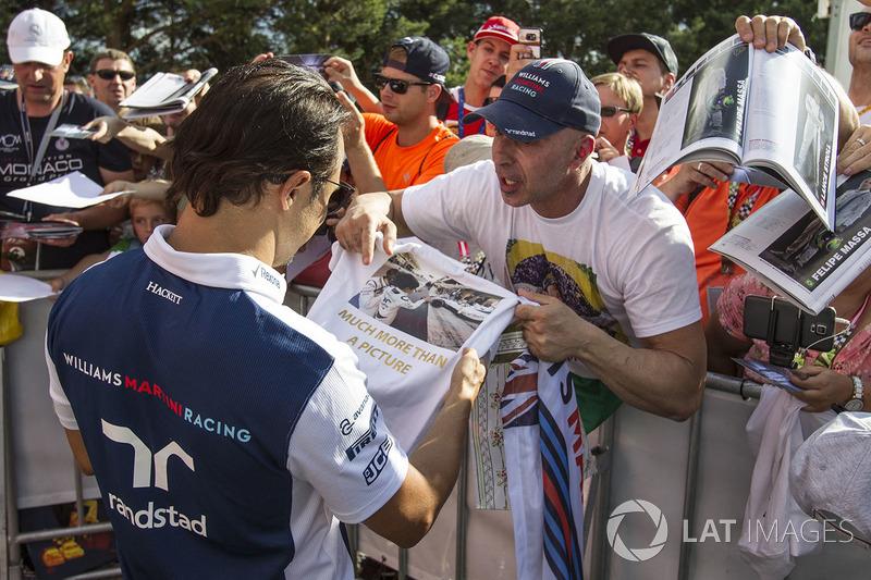 Фелипе Масса раздает автографы