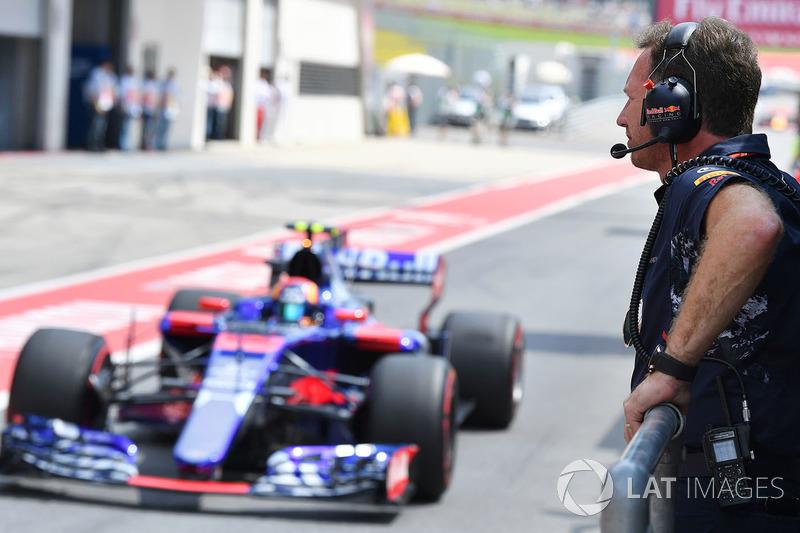 Christian Horner, jefe de equipo Red Bull Racing y Carlos Sainz Jr., Scuderia Toro Rosso STR12