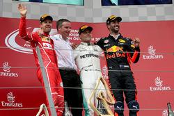 Il vincitore della gara Valtteri Bottas, Mercedes AMG F1 festeggia sul podio, Sebastian Vettel, Ferr