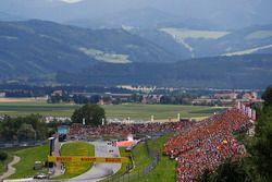 Sfeerbeeld vand e start. Valtteri Bottas, Mercedes AMG F1 W08, Sebastian Vettel, Ferrari SF70H, Dani