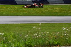 Fernando Alonso, McLaren MCL32 en tête à queue dans l'herbe