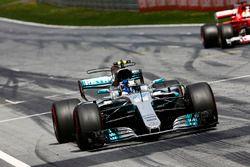 Valtteri Bottas, Mercedes AMG F1 W08, viert feest en finisht voor Sebastian Vettel, Ferrari SF70H