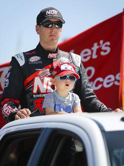 Kyle Busch, Joe Gibbs Racing Toyota, mit Sohn Brexton