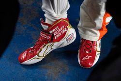 Chase Elliott, Hendrick Motorsports Chevrolet shoes commemorating his father Bill Elliott's 1987 rac