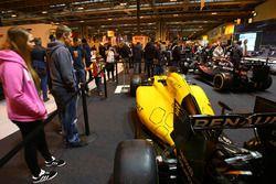 Гоночный автомобиль команды Renault на стенде журнала F1 Racing