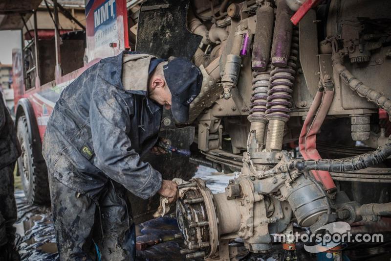 Mecánico trabajando en el coche