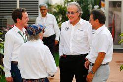 Sir Jackie Stewart, campeón 3 veces F1, Mansour Ojjeh, McLaren, en el paddock