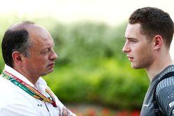 Frederic Vasseur, director del equipo de arte, con Stoffel Vandoorne, McLaren