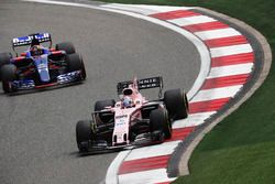 Sergio Pérez, Force India VJM10, lidera a Daniil Kvyat, Scuderia Toro Rosso STR12