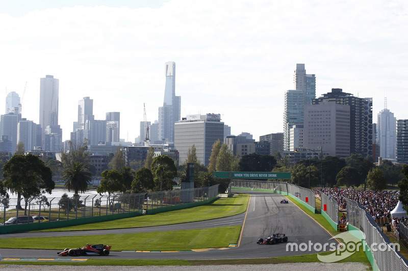 Stoffel Vandoorne, McLaren MCL32, leads Kevin Magnussen, Haas F1 Team VF-17